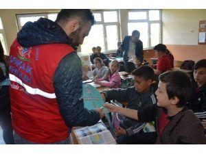 Gençlik Merkezi Öğrencilerinden Kütüphane Hediyesi