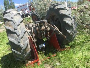 Traktör Devrildi: 1 Ölü 1 Yaralı