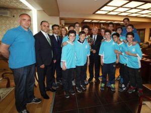 Türkiye 2'incileri Sevinçlerini Yaşar'la Paylaştı