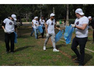 Üniversiteli gençler kampüsü temizledi