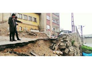 Yıkılan İstinat Duvarı Tehlike Oluşturuyor