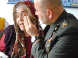 Acı Haberi Veren Binbaşı Bayrağı Bizzat Astı, Gözyaşlarını Elleriyle Sildi