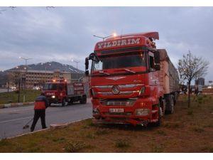 Tatvan'da Tır İle Taksi Çarpıştı: 3 Yaralı