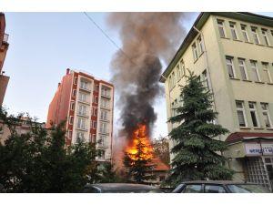 Kütahya'daki yangın: 3 işyeri ve 2 metruk bina yandı