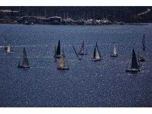 46 Yelkenlide 400 Sporcu Mücadele Ediyor