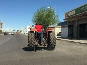 Traktörün Arkasında Tehlikeli Yolculuk