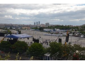 Bakırköy Pazar Alanı'na işçiler gelmeye başladı