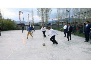 Başbakan Davutoğlu, Varto'da Çocuklarla Futbol Oynadı