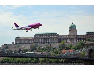 Tuna Nehri Üzerinden Yolcu Uçağı Geçti