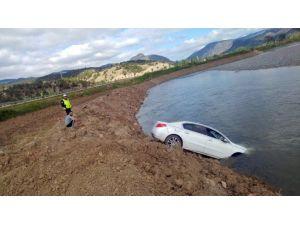 Otomobil Kızılırmak Nehrine Uçtu
