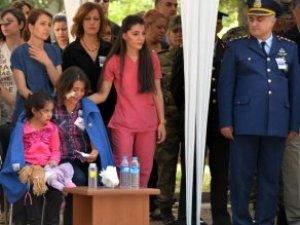 Dicle Şehidini, Yaralı Eşi ve 6 Yaşındaki Kızı Gözyaşlarıyla Uğurladı