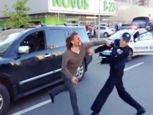 Eski Güreşçiyi 7 Polis Güçlükle Durdurabildi