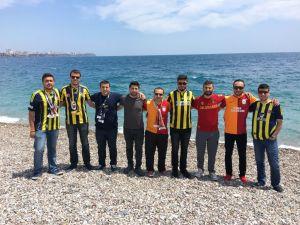 Fenerbahçe ve Galatasaraylı taraftarlar plajda bir araya geldi