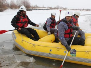 Elektrik arızalarına rafting botuyla müdahale