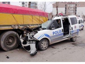 Polis otosu park halindeki tıra çarptı: 1 polis yaralı