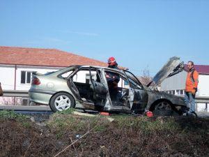 Alevlere teslim olan otomobil kullanılmaz hale geldi