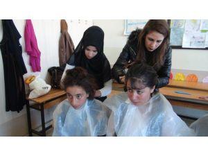 Kuaför kursiyerlerinden kırsaldaki kız öğrencilere saç bakımı