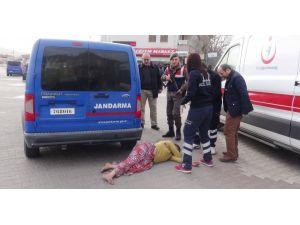 Kaçarken yakalanan halı hırsızları gazetecilere terlikle saldırdı