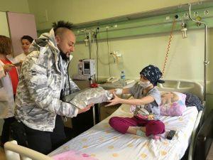 Hayko Cepkin'den minik hastalara ziyaret