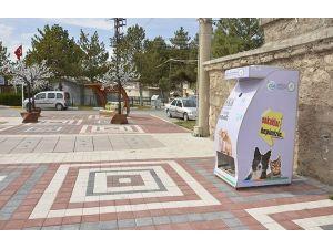 Sokak hayvanları için su ve mama makineleri