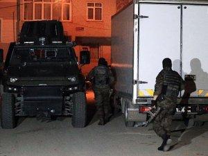 İstanbul'da terör örgütü DEAŞ'a yönelik yapılan ve 5 kişinin gözaltına alındığı operasyonda, çatışma bölgelerine gideceği değerlendirilen 12 yabancı uyruklu da yakalandı.
