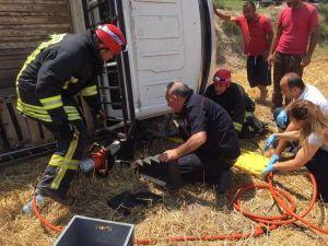 Kamyonet yol kenarına devrildi: 3 yaralı