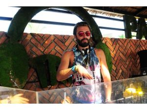 Ünlü stilist DJ kabininden ayrılamıyor