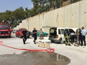 Manavgat'ta park halindeki hafif ticari araç yandı