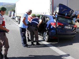 Otomobil tıra çarptı: 3 ölü