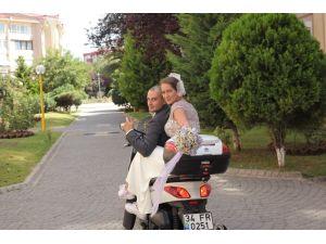 Kapalı otoparktaki motosikleti çalabilmek için şekilden şekle girdiler