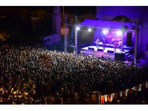 Üniversite öğrencileri Yüksek Sadakat konserinde coştu