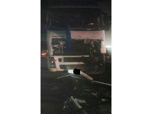 Güvenlik güçlerini taşıyan araç ile tır çarpıştı: 4 asker ve 1 korucu yaralandı