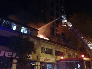 Levent'te işyerinin çatısında çıkan yangın paniğe neden oldu