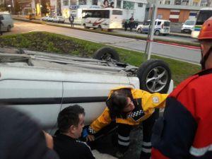 Otomobiller çarpıştı, otomobillerden biri ters döndü