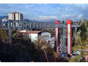 8 yılda mahalleleri asansör ve yaya köprüleri ile birleştirdi