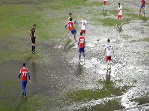 Yeşil sahalarda su topu gibi futbol maçı