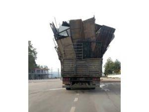 Biçimsizce istiflenmiş yükle seyir halindeki kamyonun tehlikeli yolculuğu