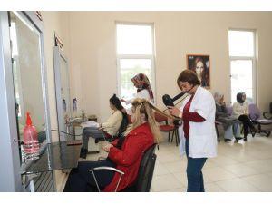 Kuaförlük kursu eğitimleri devam ediyor