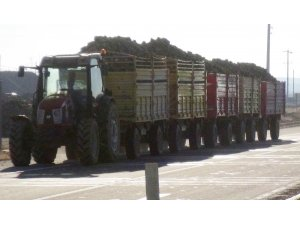 Karayolunda traktör ve uzun römork tehlikesi