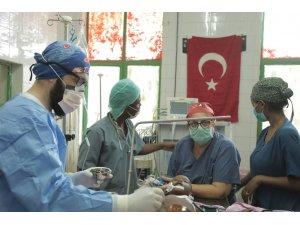 Etiyopyalı küçük çocuk, Türk doktorların dikkatiyle hayata tutundu