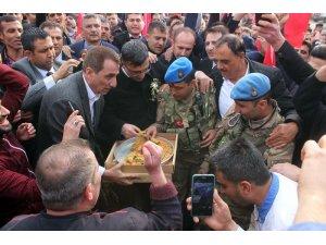 Afrin'e giden komandolara baklava ikramı