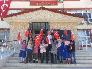 Miniklerden Kaymakama Türk bayraklı ziyaret