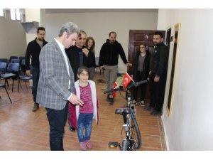 İstiklal Marşının 10 kıtasını ezbere okuyan ilkokul öğrencisine kaymakamdan bisiklet hediyesi