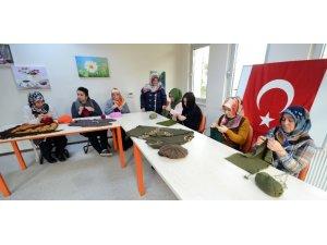 Purskalarlı kadınlar Mehmetçiğe atkı ve bere örüp gönderdi