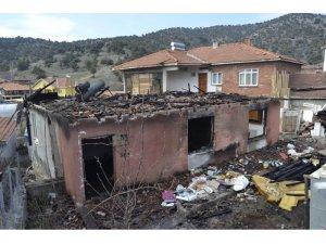 Evleri yanan şehit ailesine moral desteği