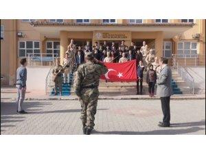 Tugay komutanını asker kıyafetiyle karşıladılar