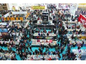 12. Ankara Kitap Fuarı'nda ünlü yazarlar okuyucularıyla bir araya geldi