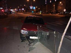 Kontrolden çıkan araç cam bariyerlere çarptı: 1 yaralı