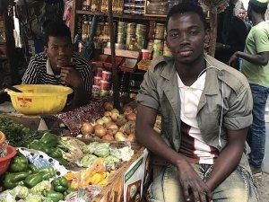 Dakar'da pazarcılardan doğranmış soğan hizmeti