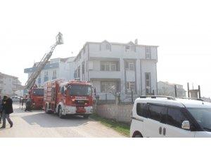 Üç katlı evin çatısında çıkan küçük çaplı yangın paniğe neden oldu